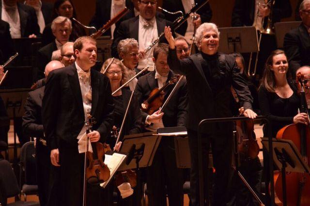 Jonathan Crow, Peter Oundjian and the Toronto Symphony (photo: Michael Morreale)